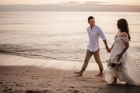 bruiloft trouwfotografie bruidsfotografie bruidsfotograaf trouwfotograaf shoot strand wandelen