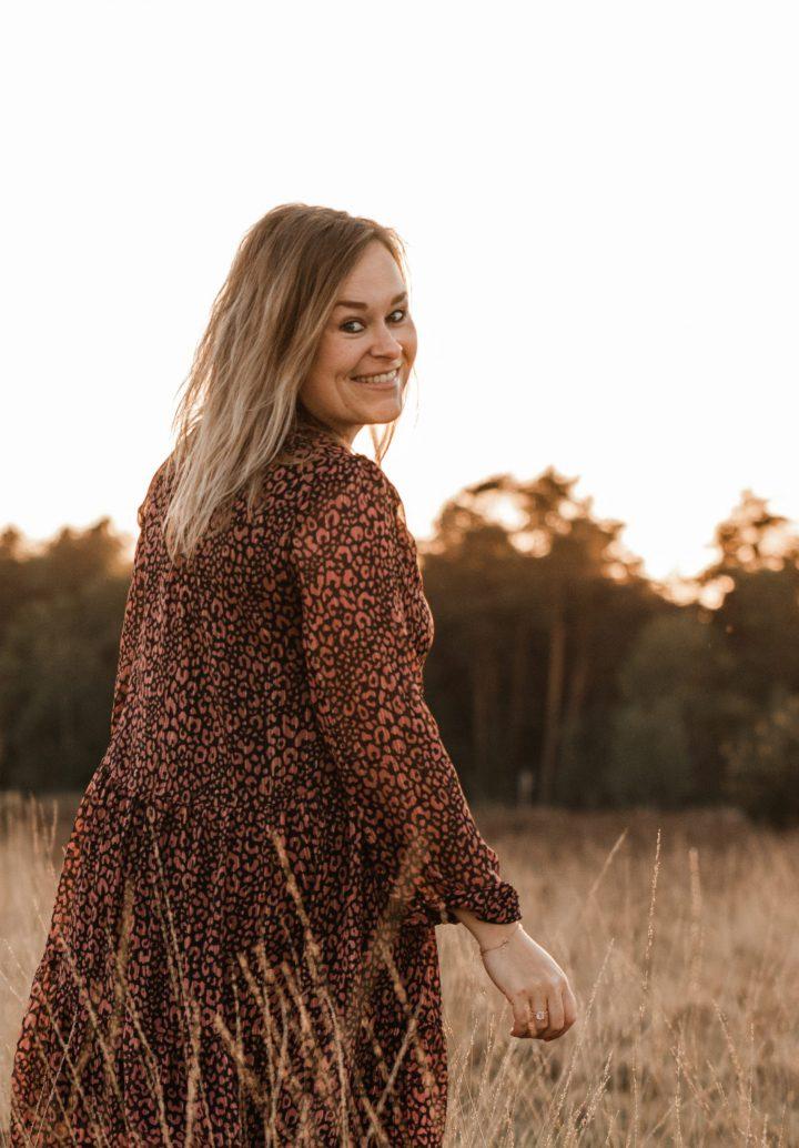 puur susan fotograaf limburg sevenum kijkt achterom in het grasveld portret mode