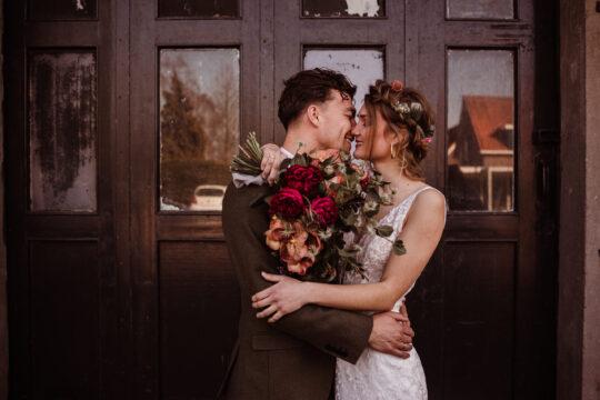 trouwfotografie bruidsfotografie bruidsfotograaf trouwfotograaf love on the rocks fabriek zuidermeer met bloemen