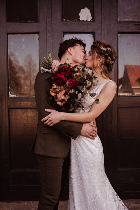 trouwfotografie bruidsfotografie bruidsfotograaf trouwfotograaf love on the rocks fabriek zuidermeer kust met bloemen