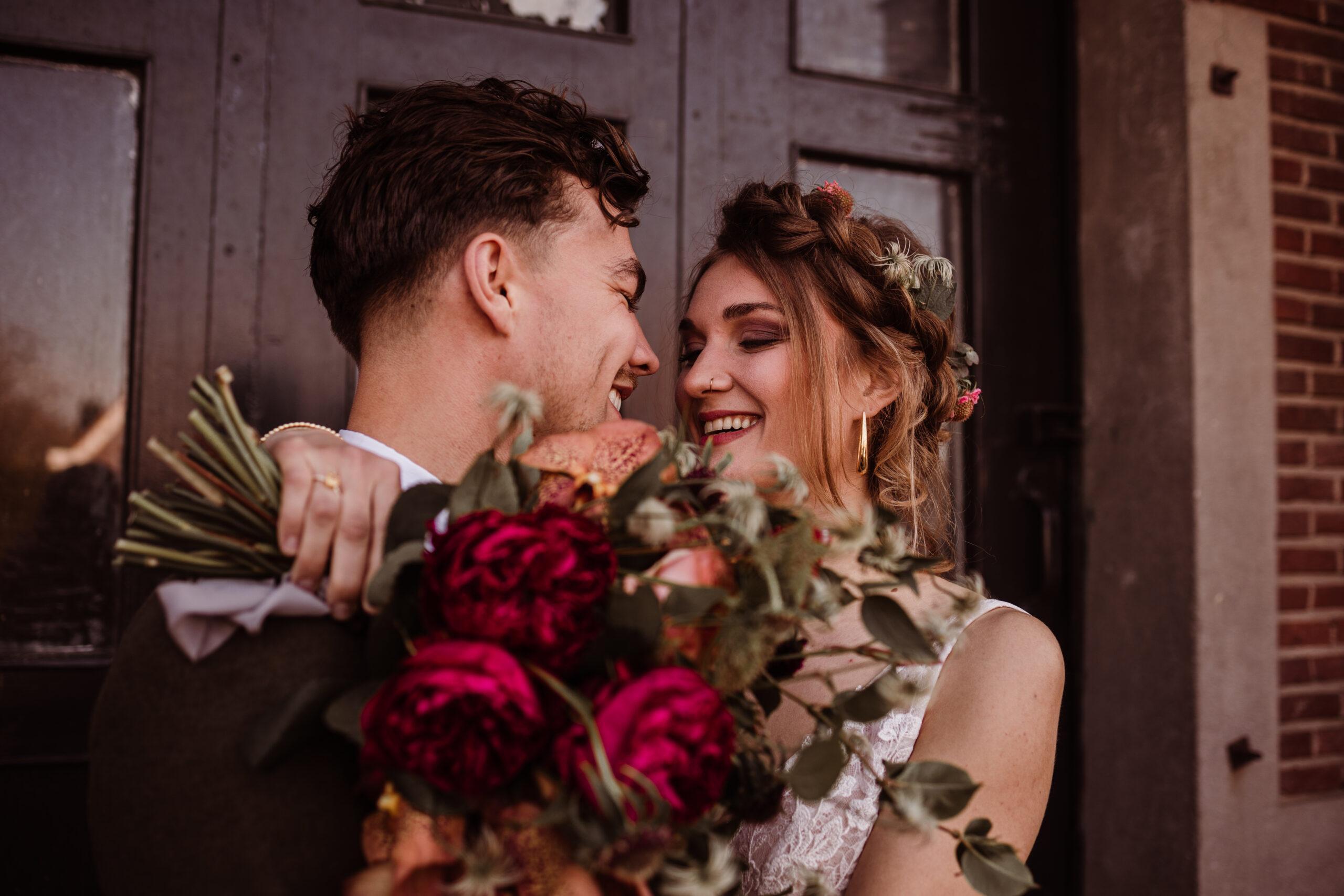 trouwfotografie bruidsfotografie bruidsfotograaf trouwfotograaf love on the rocks fabriek zuidermeer stel met bloemen