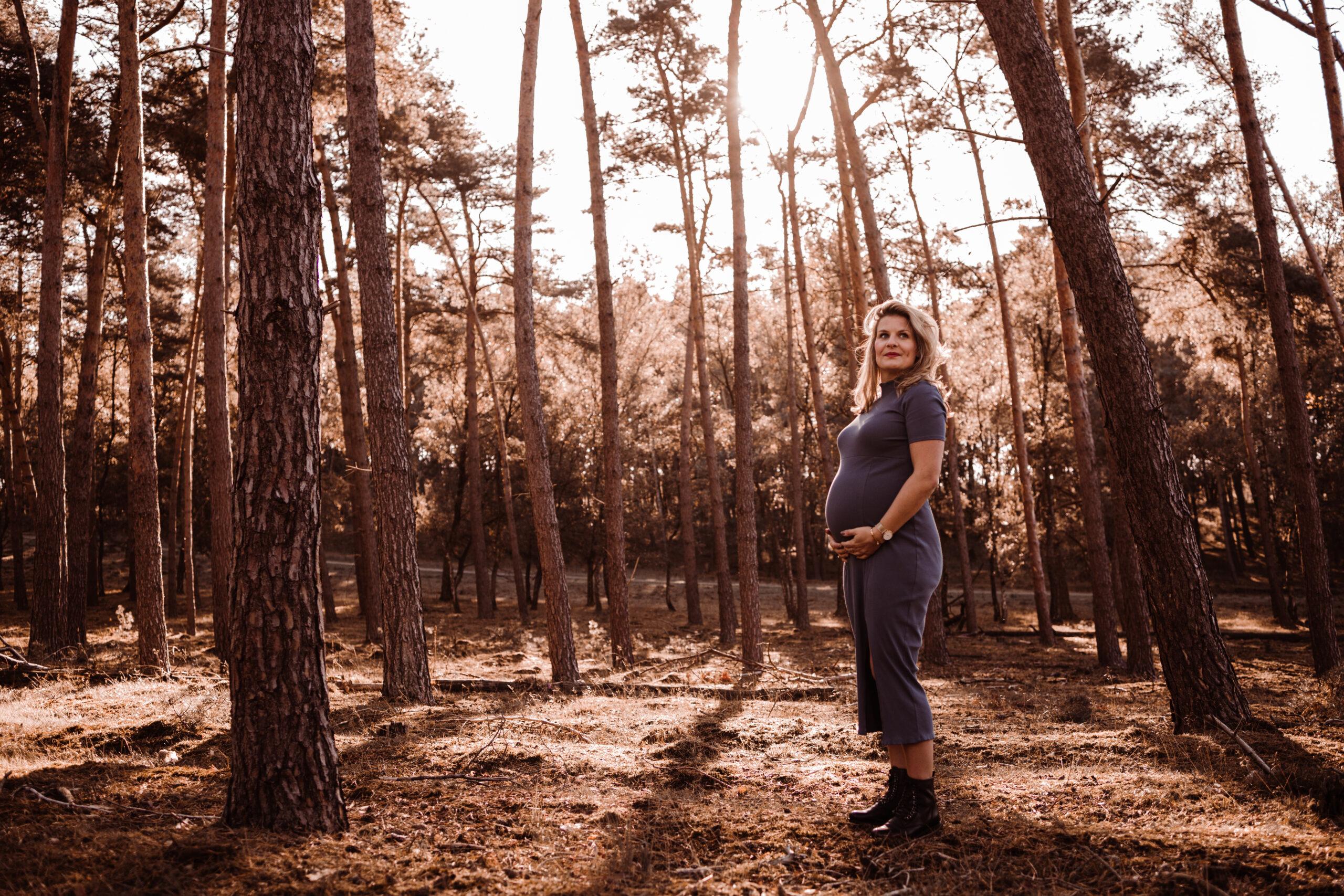 zwangerschap zwangerschapsshoot zwanger reuver brachterwald zwangere vrouw in bos