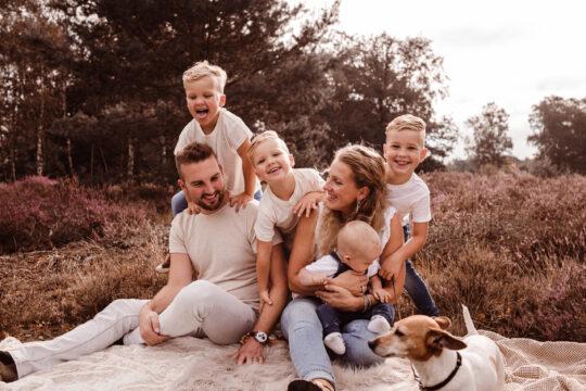 gezinsshoot familieshoot kindershoot venlo bloeiende heide knuffelen