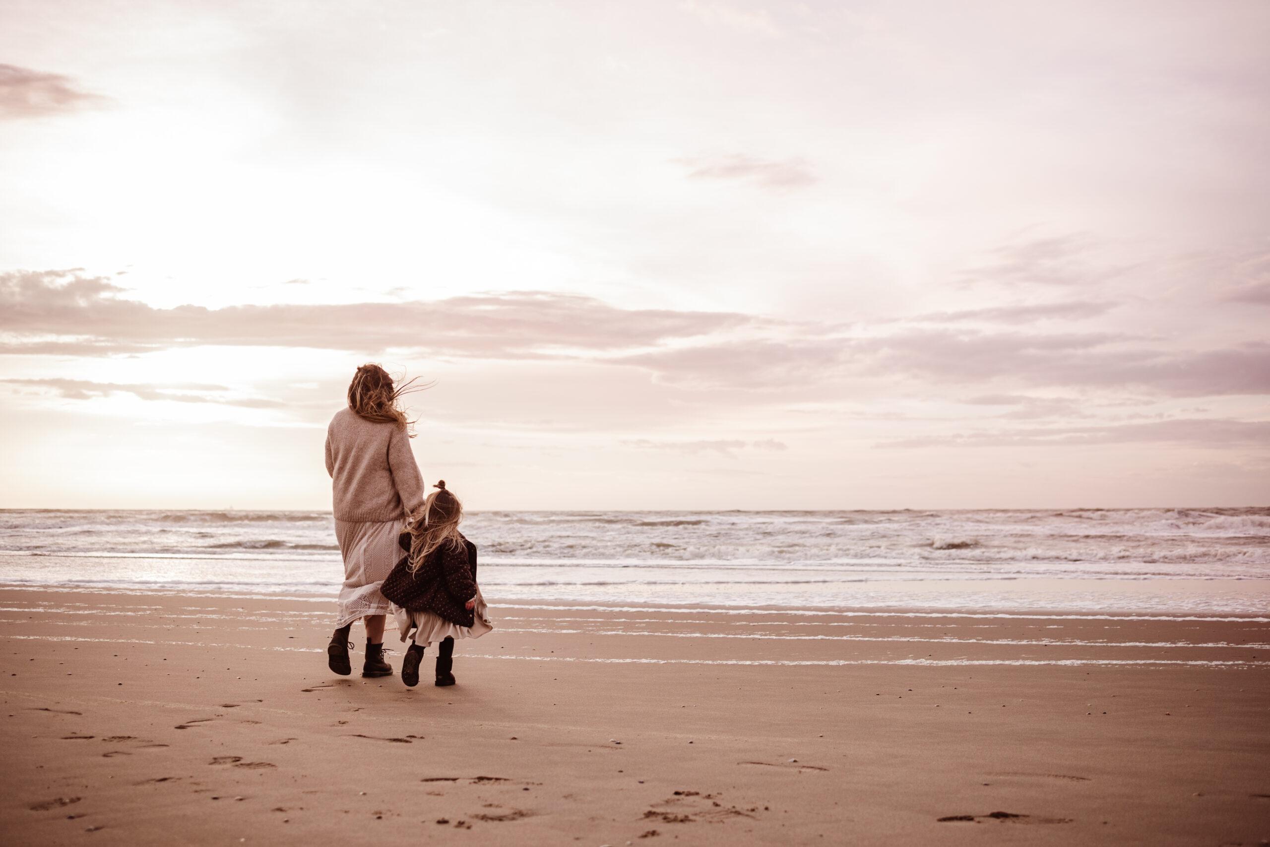 mamashoot motherhood kindershoot strand katwijk moeder en dochter bij zee